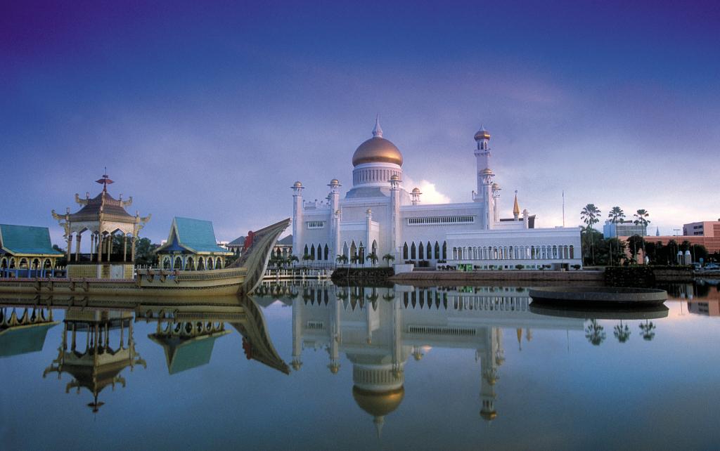 Sultan Omar Ali Saifuddien Mosque. Visit SoutheastAsia.