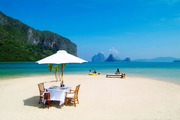 El Nido beach picnic. Image courtesy of the Philippines Department of Tourism.