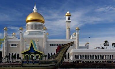 Sultan Omar Ali Saifuddien Mosque / Bernard Spragg. NZ / Public Domain / Flickr