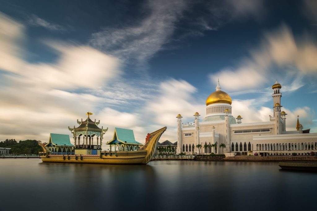 The Omar Ali Saifuddin Mosque in Bandar Seri Begawan, Brunei / Shutterstock